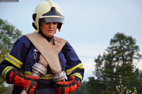 Zlatoolešnický železný hasič byl v roce 2016 druhým ročníkem, závodníci stoupali do kopce na místní sjezdovce